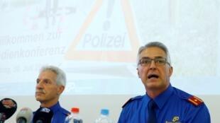 Bruno Keller, el subcomandante de la policía de Zúrich junto al jefe de la policía regional, Werner Schmid, el 30 de julio de 2019 durante una conferencia de prensa sobre la muerte de un niño de ocho años tras ser arrojado por un desconocido a las vías de un tren.