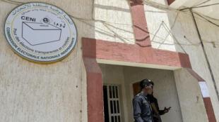 Deux policiers devant le siège de la Céni, le 23 juin 2019 à Nouakchott.