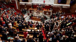 """Los partidos de izquierda y derecha convergieron en denunciar la """"deriva autocrática del Estado de derecho"""" por el """"caso Benalla""""."""