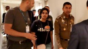 La Saoudienne Rahaf Mohammed al-Qunun, le 7janvier2019, accompagnée des services thaïlandais de l'immigration à l'aéroport de Bangkok.