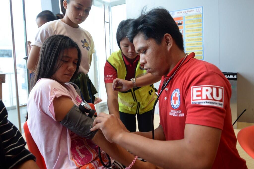 Una de las sobrevivientes del naufragio mientras era revisada por personal de la Cruz Roja de Filipinas el 4 de agosto de 2019.