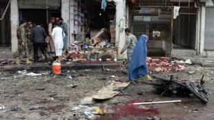 La rue de Jalalabad où s'est produit l'attentat  le 18 avril, maculée de sang,