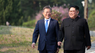 Le dirigeant nord-coréen Kim Jong Un (à droite) et le président sud-coréen Moon Jae-in vendredi 27 avril 2018, dans la zone démilitarisée qui sépare leurs deux pays.