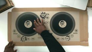 Des platines de DJ dans une boîte en carton Pizza Hut.