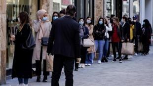 متسوقون خارج متجر في بروكسل بتاريخ 11 أيار/مايو 2020
