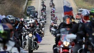 """Un grupo de motociclistas, incluidos los miembros del club de motociclismo """"Night Wolves"""", hacen un recorrido en un evento festivo que marca el quinto aniversario de la anexión de Crimea por Rusia en Sebastopol, Crimea, el 16 de marzo de 2019."""