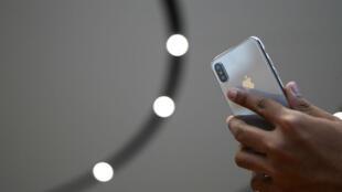 """كشفت شركة """"أبل"""" عن ثلاثة نماذج جديدة من هاتف """"آي فون"""" من بينها """"آي فون إكس"""" بمناسبة مرور عشر سنوات على اطلاق هذا المنتج الرئيسي"""