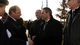 Le président François Hollande serre la main au nouveau président de région Xavier Bertrand, le 17 décembre 2015 à Neuville-Saint-Vaast (Pas-de-Calais).