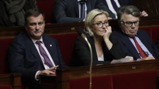 Marine Le Pen, entre les députés Louis Aliot et Gilbert Collard, le 25 octobre 2017, à l'Assemblée nationale.
