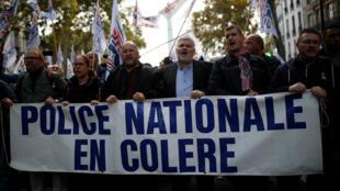 """Oficiales de policía participan de la llamada """"Marcha Nacional de la Ira"""" para protestar por las malas condiciones laborales en París, el 2 de octubre de 2019."""
