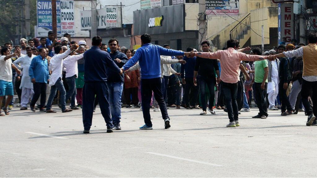 Des manifestants issus de la caste des Jat forment une chaîne humaine à Rohtak, dans l'État de Haryana, le 20 février 2016.