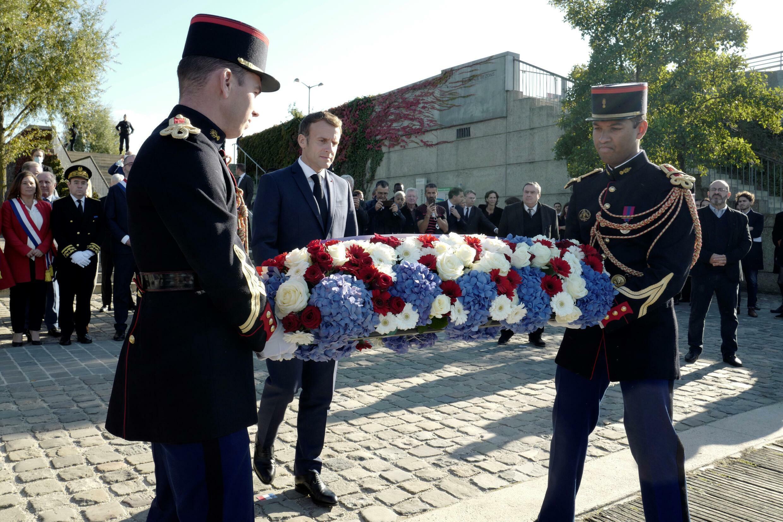 Emmanuel Macron lors de l'hommage aux victimes du 17 octobre 1961 sur les berges de la Seine, près du pont de Bezons, le 16 octobre 2021
