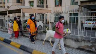 خزّن باكستانيون مؤنا تجهيزا لعيد الاضحى، فيما تخشى الحكومة ارتفاع عدد الإصابات