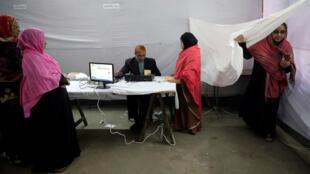 Ciudadanos votan en las elecciones generales en Daca, la capital Bangladesí. 30 de diciembre de 2018.