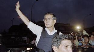 L'ancien président péruvien Alberto Fujimori salue la foule en sortant de l'ambassade du Japon, le 22 avril 1997, à Lima.