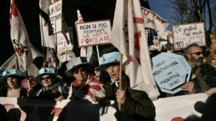 متظاهرون إيطاليون ضد مشروع قطار سريع بين تورينو الإيطالية وليون الفرنسية، في تورينو في 8 كانون الأول/ديسمبر 2018.