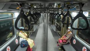 Des employées de la compagnie indienne de chemin de fer dans un wagon du métro de Calcutta lors d'un test avant la réouverture au public le 9 septembre 2020