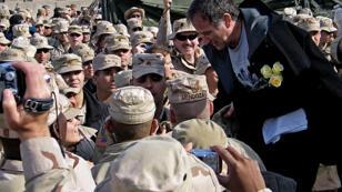 Robin Williams, en décembre 2004, lors d'un déplacement dans une base américaine près de l'aéroport de Bagdad.