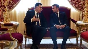 الرئيس الفرنسي إيمانويل ماكرون ورئيس حكومة الوفاق الوطني الليبية فايز السراج بالعاصمة التونسية. 27 يوليو/ تموز 2019