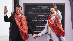 El presidente de Francia, Emmanuel Macron, asiste a la inauguración de la planta solar de 100 MWp en Mirzapur durante su visita a la India.