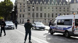 Les policiers devant la préfecture de police de Paris, jeudi 3octobre.
