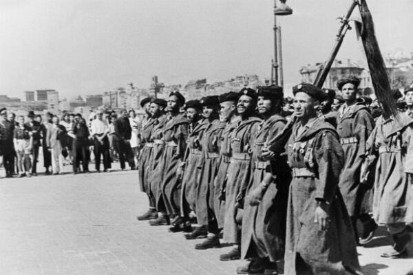 Des goumiers d'Afrique du Nord défilent sur le port de Marseille, en août 1944, quelques jours après le débarquement en Provence
