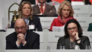 Le SPD a donné son feu vert jeudi 7 décembre 2017 à des discussions avec la chancelière Angela Merkel en vue de la formation d'un gouvernement.