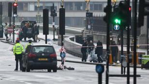 Des forces de l'ordre sur le pont de Westminster le lendemain de l'attaque.