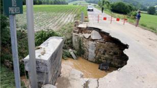 Les intempéries endommagent les infrastructures françaises existantes, comme ici le pont qui surplombe la Géline, à Orincles.