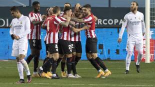 El delantero español del Athletic de Bilbao, Raúl García (3D), celebra con sus compañeros de equipo tras marcar durante la semifinal de la Supercopa de España ante el Real Madrid en el estadio La Rosaleda de Málaga, el 14 de enero de 2021.