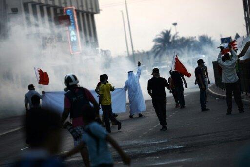 محتجون بحرينيون يتظاهرون ضد توقيف رجل دين شيعي في السترة جنوب المنامة في 28 آب/أغسطس 2015