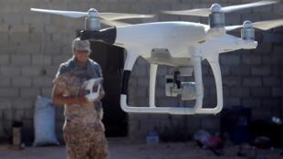 مقاتل من القوات الليبية المتحالفة مع الحكومة التي تدعمها الأمم المتحدة يستخدم طائرة بدون طيار لمراقبة مواقع مقاتلي الدولة الإسلامية في سرت ، ليبيا ، 26 يوليو / تموز 2016. رويترز / غوران توماسيفيتش