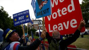 Manifestantes a favor y en contra del Brexit  protestan ante el Parlamento británico en Londres, Reino Unido, el 5 de septiembre de 2019.
