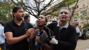 Des dizaines de blessés fuient les tirs du centre commercial
