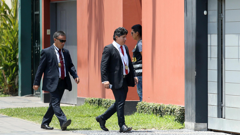 El fiscal de Perú, Marcial Paucar, llegando a la casa del expresidente Pedro Pablo Kuczynski, durante una redada de la Fiscalía que investiga el lavado de dinero vinculado a la empresa Odebrecht en Lima, Perú, el 24 de marzo de 2018.