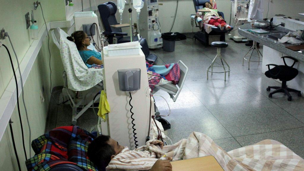Pacientes con enfermedad renal reciben tratamiento en un hospital, cuya energía es suministrada por generadores, durante un apagón en San Cristóbal, Venezuela, el 11 de marzo de 2019.