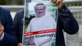 Un manifestante sostiene una foto del periodista saudita Jamal Khashoggi durante una protesta frente al consulado de Arabia Saudita en Estambul, Turquía. 5 de octubre de 2018.