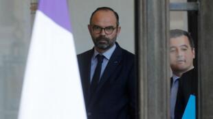 El primer ministro francés, Édouard Philippe y Gerald Darmanin, ministro francés de Acción Pública y Cuentas, se van después de la reunión semanal del gabinete en el Palacio del Elíseo en París, Francia, el 19 de diciembre de 2018.