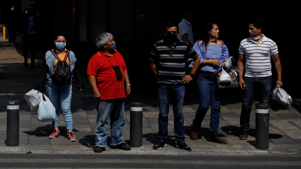 Ciudadanos en las calles, en medio del plan de relajación de medidas de confinamiento por parte del Gobierno, en Ciudad de México, México, el 29 de mayo de 2020.