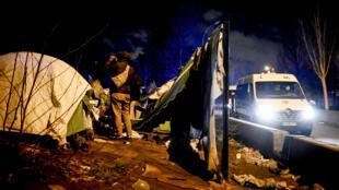 مهاجرون في مخيم غير  قانوني في شمال باريس