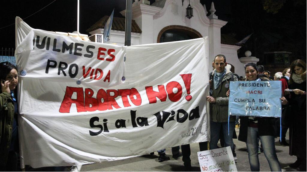 """Integrantes del autodenominado movimiento """"provida"""" participan en una marcha en contra de la legalización del aborto a las puertas de la residencia presidencial de Mauricio Macri, en Olivos, el 30 de julio de 2018, en Buenos Aires (Argentina)."""