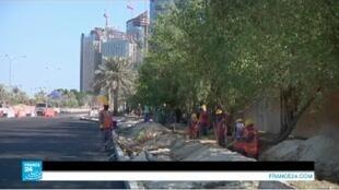 - يعمل في الخليج ملايين العمال الأجانب، لاسيما القادمين من دول جنوب آسيا.