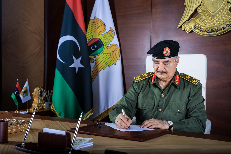 المشير خليفة حفتر في مكتبه في بنغازي في شرق ليبيا
