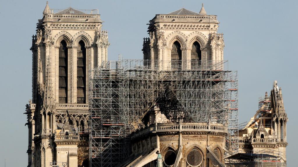 Vista de la parte trasera de la catedral de Notre Dame después de un incendio masivo que devastó gran parte de la estructura gótica en París, Francia, el 18 de abril de 2019.