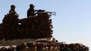 Des combattants kurdes postés derrière une ligne de démarcation, le 6 octobre 2016, près de Mossoul.