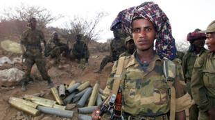 Des soldats éthiopiens posent, le 19 mai 2000, près de la ville érythréenne de Barentu dont ils ont pris le contrôle.