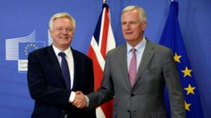 وزير الدولة البريطاني المكلف شؤون بريكست ديفيد ديفيس (يسار) مع الفرنسي ميشال بارنييه كبير مفاوضي الاتحاد الأوروبي في هذا الملف في 17 تموز/يوليو.