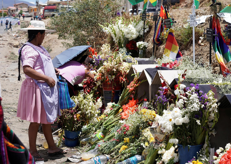 Les sépultures des 10 paysans cultivateurs de coca, supporters d'Évo Morales, tués par les forces de l'ordre à Sacaba, près de Cochabamba, lors de la crise post électorale qui a fait craindre une guerre civile en Bolivie