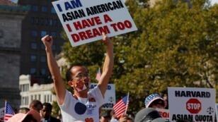 Manifestation d'étudiants américains d'origine asiatique avant le début du procès contre Harvard à Boston, le 14octobre2018.