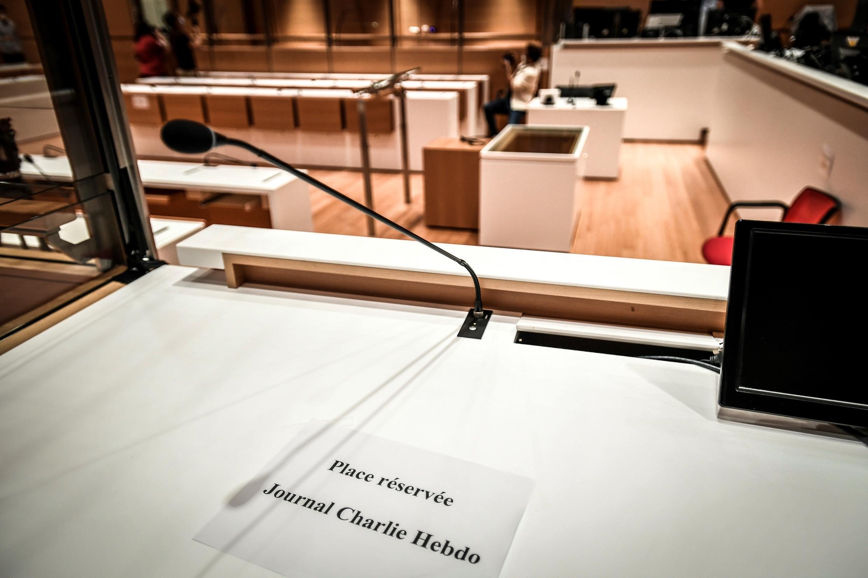 """تحضيرات في قصر العدالة في باريس لمحاكمة المتهمين في اعتداءات يناير 2015 والتي طالت صحيفة """"شارلي إيبدو"""" الساخرة ومتجر يهودي وموظفين في الشرطة. 27 أغسطس/آب 2020."""
